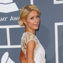 Paris Hilton chignon sur le côté Grammy Awards 2012