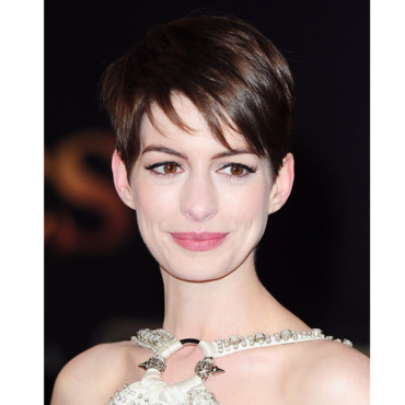 anne hathaway craquante et glamour avec sa coupe gar onne beaut. Black Bedroom Furniture Sets. Home Design Ideas