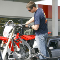 Photo : Christian Bale fait le plein de sa moto