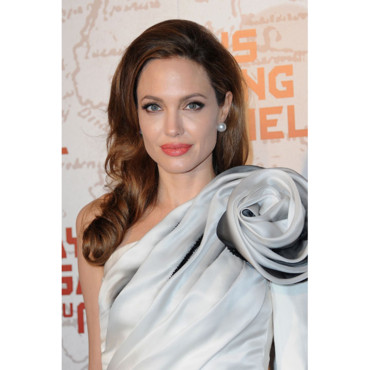 Angelina Jolie brushing One Shoulder Paris avant-première Au Pays du miel et du sang Paris