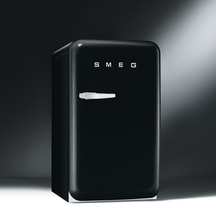 les nouveaux r frig rateurs smeg color s et design le r frig rateur ann es 50 noir de smeg. Black Bedroom Furniture Sets. Home Design Ideas