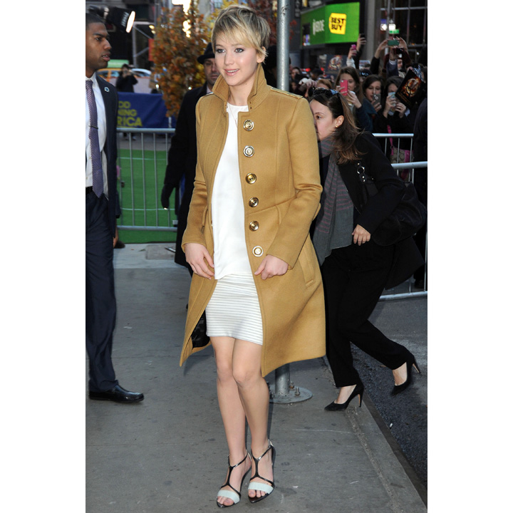 Jennifer Lawrence en Thakoon et Burberry Prorsum à Good Morning America à New York le 21 nov 2013