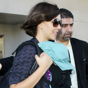 Maggie Gyllenhaal et sa fille Gloria Ray descendant d'un avion à Los Angeles