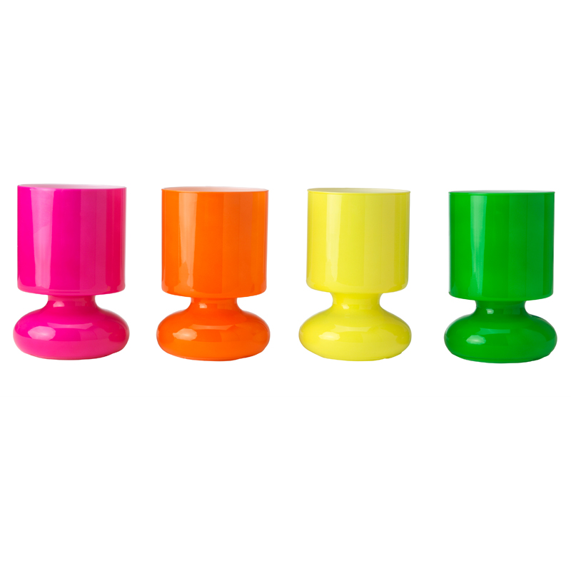 25 lampes color es pour gayer sa d co de salon lampe de for Lampes a poser ikea