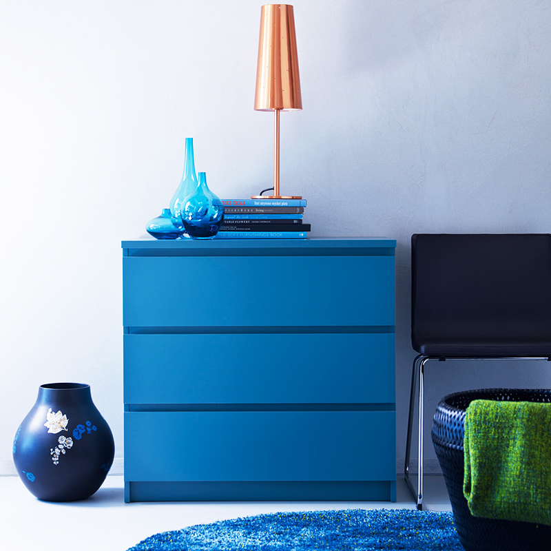 30 meubles et accessoires d co pour voir la vie en bleu commode malm ikea d co. Black Bedroom Furniture Sets. Home Design Ideas