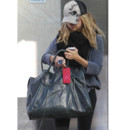 Ashley Tisdale et son sac à main Balenciaga