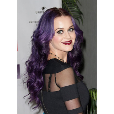 Katy Perry NARM Music Biz Awards cheveux violets rouge à lèvres lie de vin