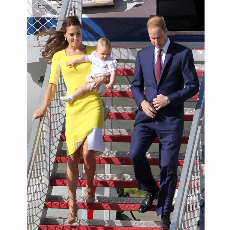 Kate Middleton, le prince William et George à la descente de l'avion à leur arrivée à Sidney le 16 avril 2014