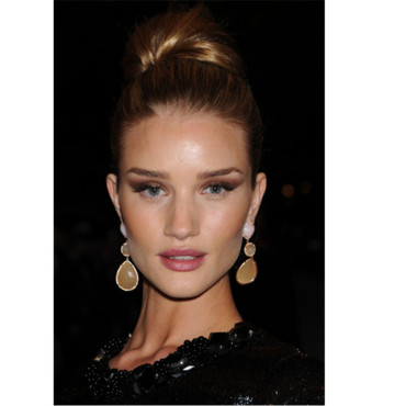Rosie Huntington-Whiteley au MET et son look Néfertiti