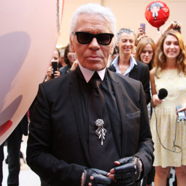 "Karl Lagerfeld qui pose pour le lancement de la collection 'Karl Lagerfeld for Shu Uemura"" à Paris, France. Le 11 septembre 2012."