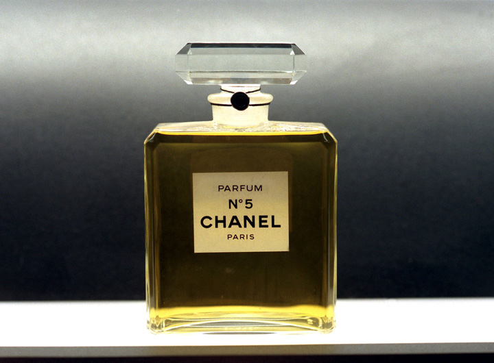 best of glamour 10 produits de beaut cultes parfum chanel n 5 beaut. Black Bedroom Furniture Sets. Home Design Ideas