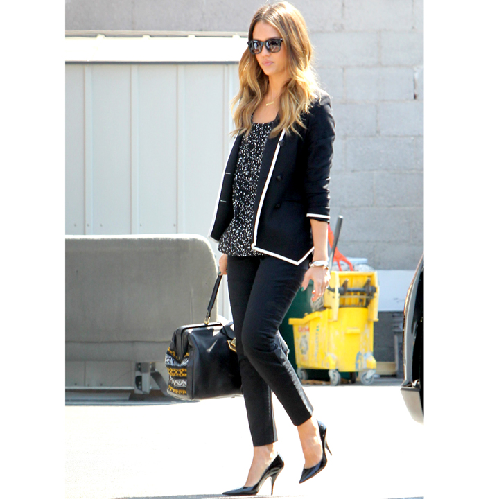 jessica alba casual chic dans les rues de los angeles mode. Black Bedroom Furniture Sets. Home Design Ideas