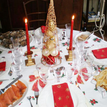 Un r veillon du nouvel an rouge et or table de r veillon - Deco table reveillon nouvel an ...