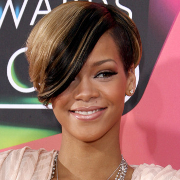 rihanna cr ne ras ses coupes de cheveux les plus wild asym trique beaut. Black Bedroom Furniture Sets. Home Design Ideas