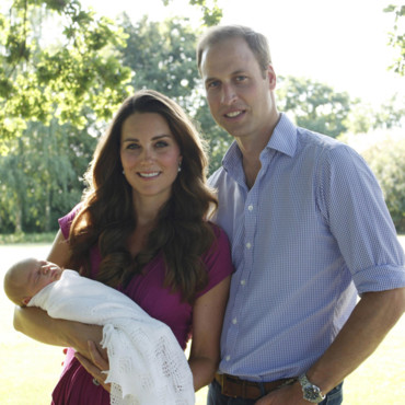 Kate Middleton, le Prince William et leur fils le prince George de Cambridge posent pour leur première photo officielle, prise par Michael Middleton, le père de Kate. Bucklebury, 20 Aôut 2013.