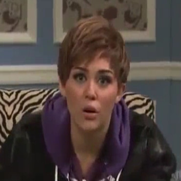 "Miley Cyrus parodie Justin Bieber dans ""Saturday Night Live"""