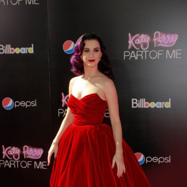 Katy Perry et escarpins en velours rouge intense