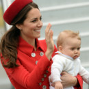 Kate Middleton et George à la descente de l'avion qui les amenait à Wellington, en Nouvelle-Zélande, le 7 avril 2014.