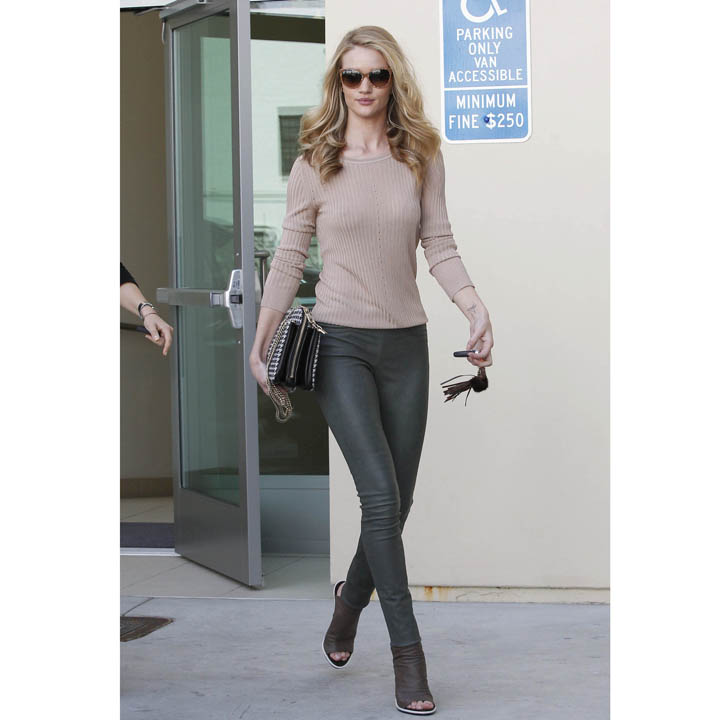 Rosie Huntington Un Look Casual Chic Pour Faire Son Shopping Beverly Hills Mode