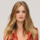 Rosie Huntington-Whiteley au défilé Burberry