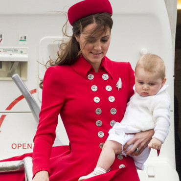 Kate Middleton et son fils George à la descente de l'avion qui les amenait à Wellington, en Nouvelle-Zélande, le 7 avril 2014.