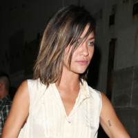 Photo : Jessica Szohr et son carré tie and dye à Los Angeles