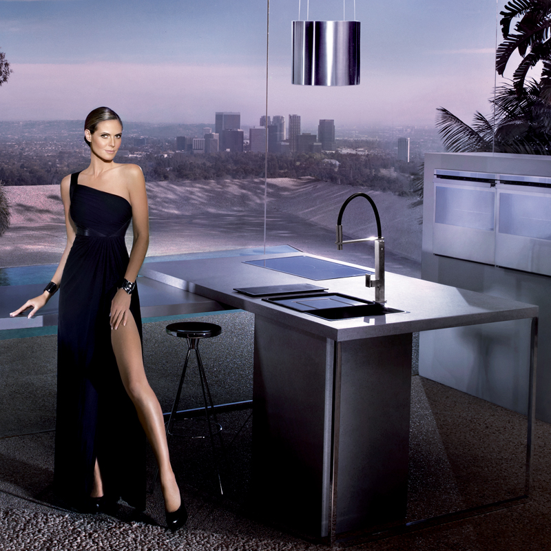 heidi klum g rie sexy de la marque de cuisine franke tendances d co d co. Black Bedroom Furniture Sets. Home Design Ideas