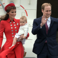 Kate middleton, Le Prince William et George descendent de l'avion à Wellington.