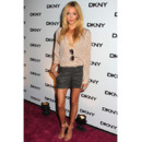 Katie Cassidy de Gossip Girl en mini-short et blouse