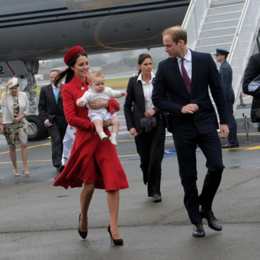 Kate middleton, Le Prince William et George sur le tarmac de l'aéroport de Wellington.