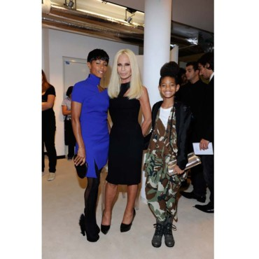 Willow Smith avec sa maman Jada Pinkett Smith et Donatella Versace à la Fashion Week de Milan.