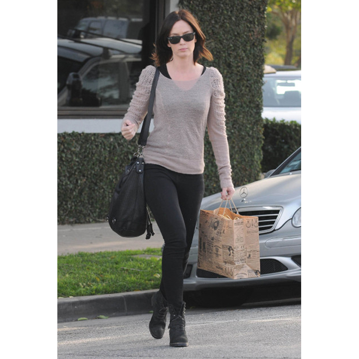 look du jour la panoplie grunge chic d 39 emily blunt. Black Bedroom Furniture Sets. Home Design Ideas