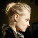 Chignon fuzzy Anthony Turner pour le défilé Anthony Vaccarello