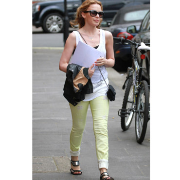 Kelly Minogue en jean jaune