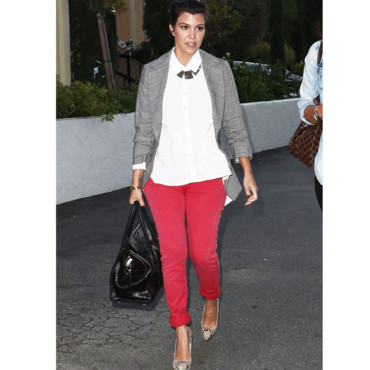 Kourtney Kardashian en jean rouge