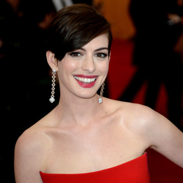"Anne Hathaway au Met Gala 2014, pour l'ouverture de l'exposition ""Charles James : Beyond Fashion"", au ""Anna Wintour costume center"", à New York, lundi 5 mai 2014."