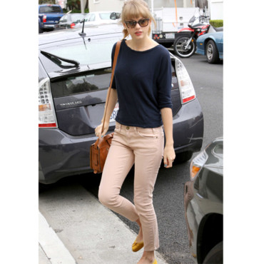 Taylor Swift en jean couleur sable