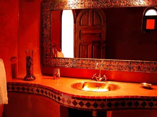 salle de bain rouge marrakech luxe. Black Bedroom Furniture Sets. Home Design Ideas