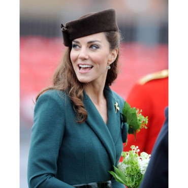 Kate Middleton bibi et one shoulder pour la parade de la St Patrick