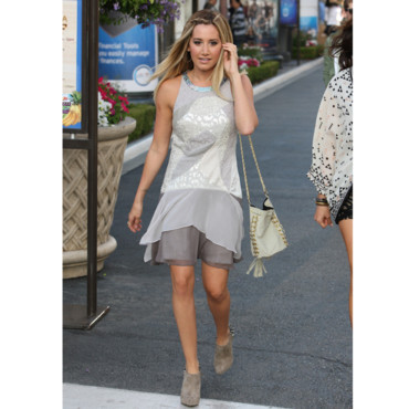 Ashley Tisdale en robe d'été asymétrique