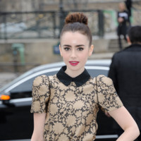 Lily Collins pour le défilé Louis Vuitton lors de la Fashion Week de Paris le 6 mars 2013