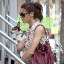 Ashley Greene chignon scruffy bun avec son chien à Manhattant mars 2012