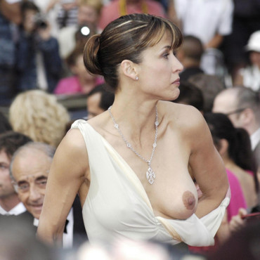 "Sophie Marceau, dans l'embarras, lorsque son sein sort malencontreusement de sa robe lors de la projection du film ""Where the Truth Lies"" au Festival de Cannes en 2005."