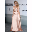 A l'occasion du gala, Kylie Minogue portait une robe en satin couleur champagne de la collection printemps-été 2014 de Juan Carlos Obando Spring.