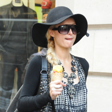 Grimaces de stars : Paris Hilton fait du shopping à Paris