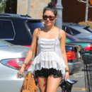 Vanessa Hudgens chignon scruffy bun tie and dye Los Angeles juin 2012