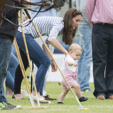 Kate Middleton et le Prince George, le 15 juin 2014, lors d'un match de polo entre le Prince William et le Prince Harry à Londres.
