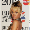 Rihanna blonde frange Brit Awards fev 2012