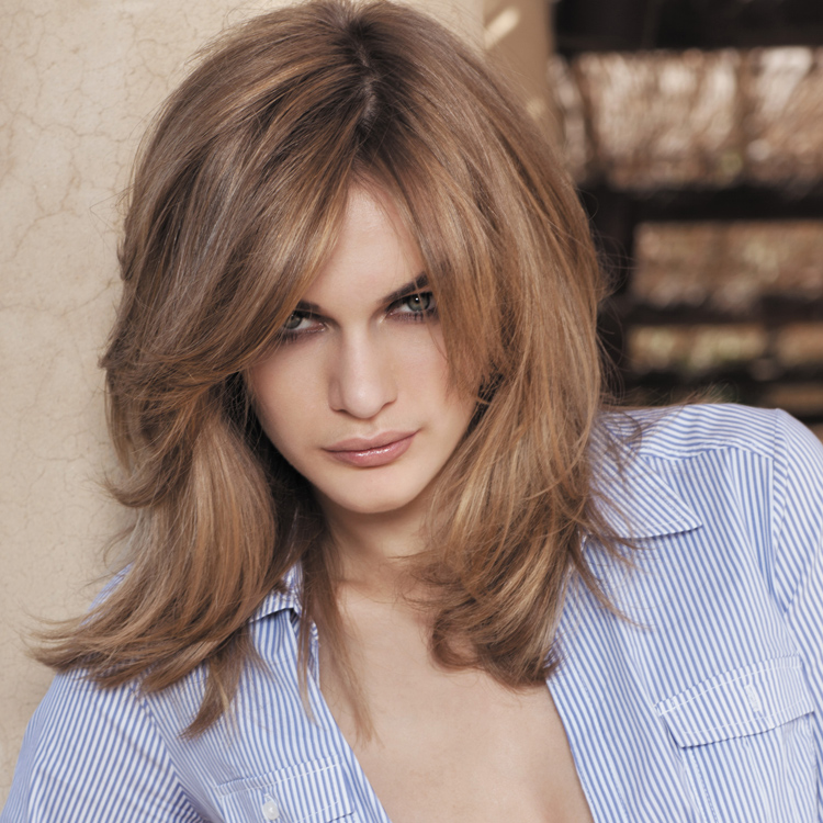 tendance coiffure 2011 les 10 coupes de cheveux qu 39 on aime le blond fonc sur une coupe tr s. Black Bedroom Furniture Sets. Home Design Ideas