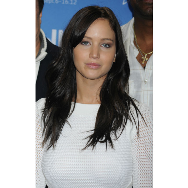 jennifer lawrence cheveux longs carr coupe la garonne elle a tout essay la coloration noir corbeau de jennifer lawrence beaut pluriellesfr - Coloration Noir Corbeau